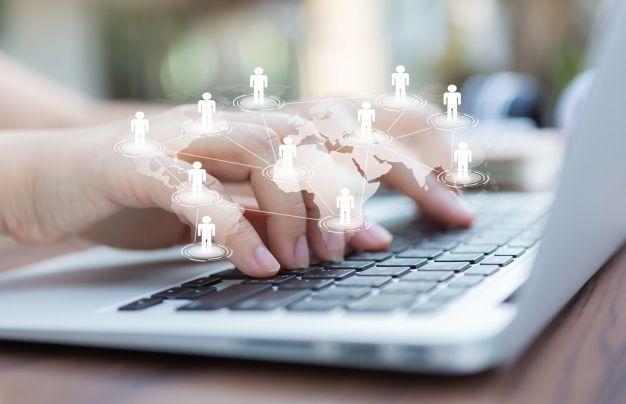manos-ordenador-portatil-mapa-mundo-virtual_1232-876