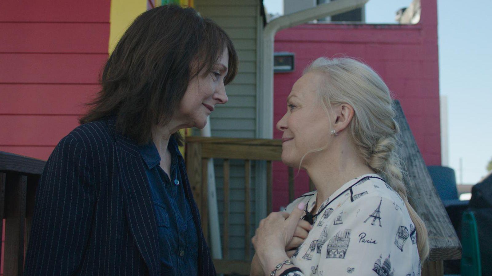 Patricia Clarkson y Jacki Weaver en Out Of Blue (2018), filmfilicos blog de cine